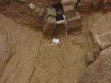 Arqueología urbana en Huesca. Foso ibero-romano de Huesca. Excavación arqueológica. Basa de columna. Arqueología urbana. Antonio Alagón. ARQUEOPLUS ©