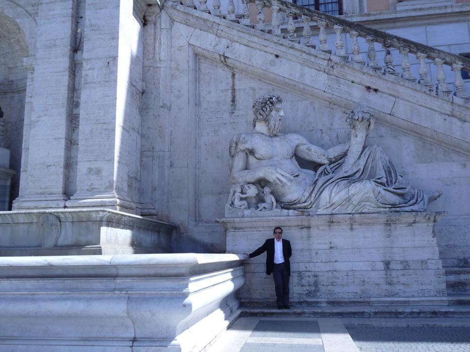 Arqueólogo visita a Roma. ARQUEOPLUS.